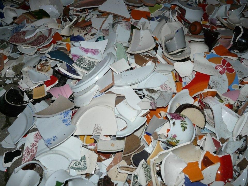 Riciclo di piastrelle e piatti rotti: 20 idee da copiare