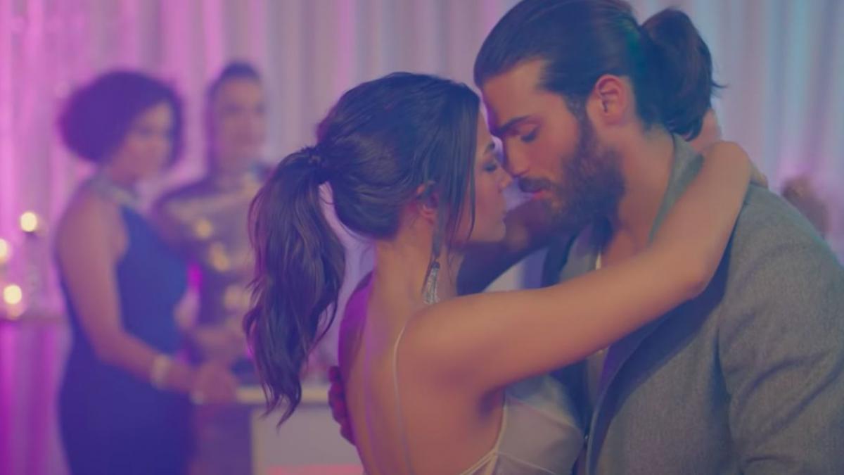 Sanem e Can ballano