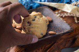 biscotti con mandorle uvetta e AdobeStock 252640134