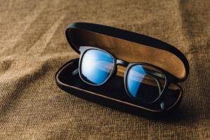 gli occhiali anti luce blu glasses anti blue light brown fabric background 44073 592