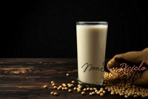 il latte vegetale facile da soy milk soy bean wooden table 1150 13413