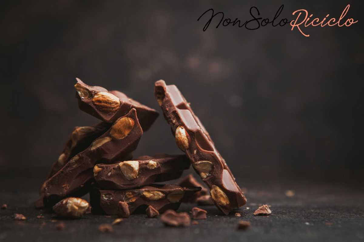 mal di testa scopri quali some almond with chocolate dark brown side view space text 176474 7549