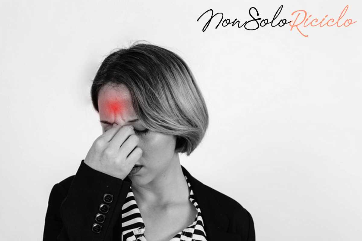 mal di testa scopri quali woman with headache studio 23 2147768298