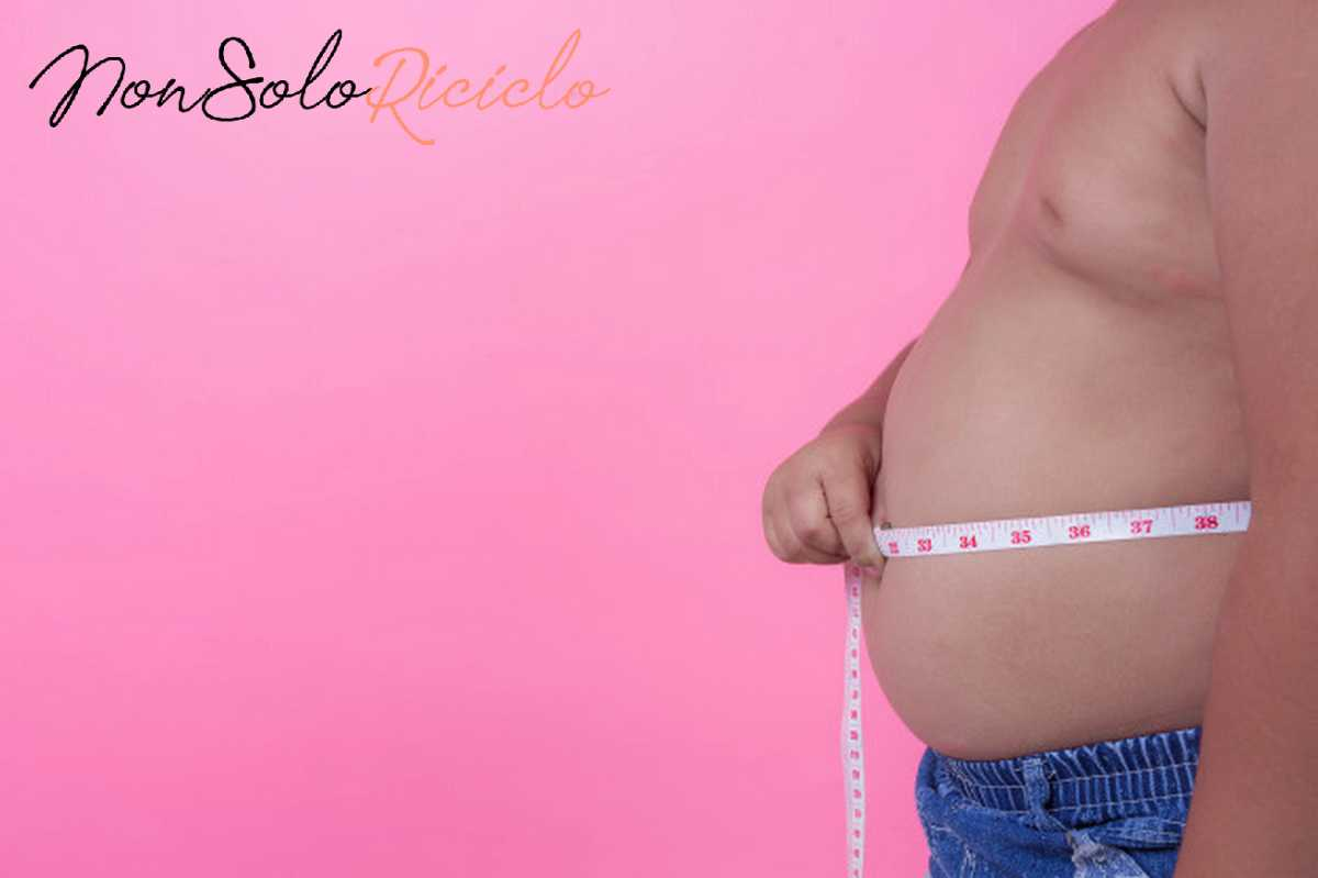 spegnere la fame direttamente nel obese boy who is overweight pink background 1150 9940