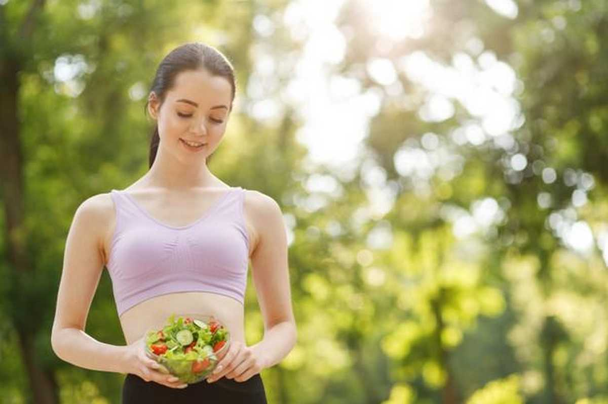 come dimagrire velocemente in vista woman hands holding fresh summer salad with raw vegetables cucumbers tomatoes lettuce bowl 253512 106 1