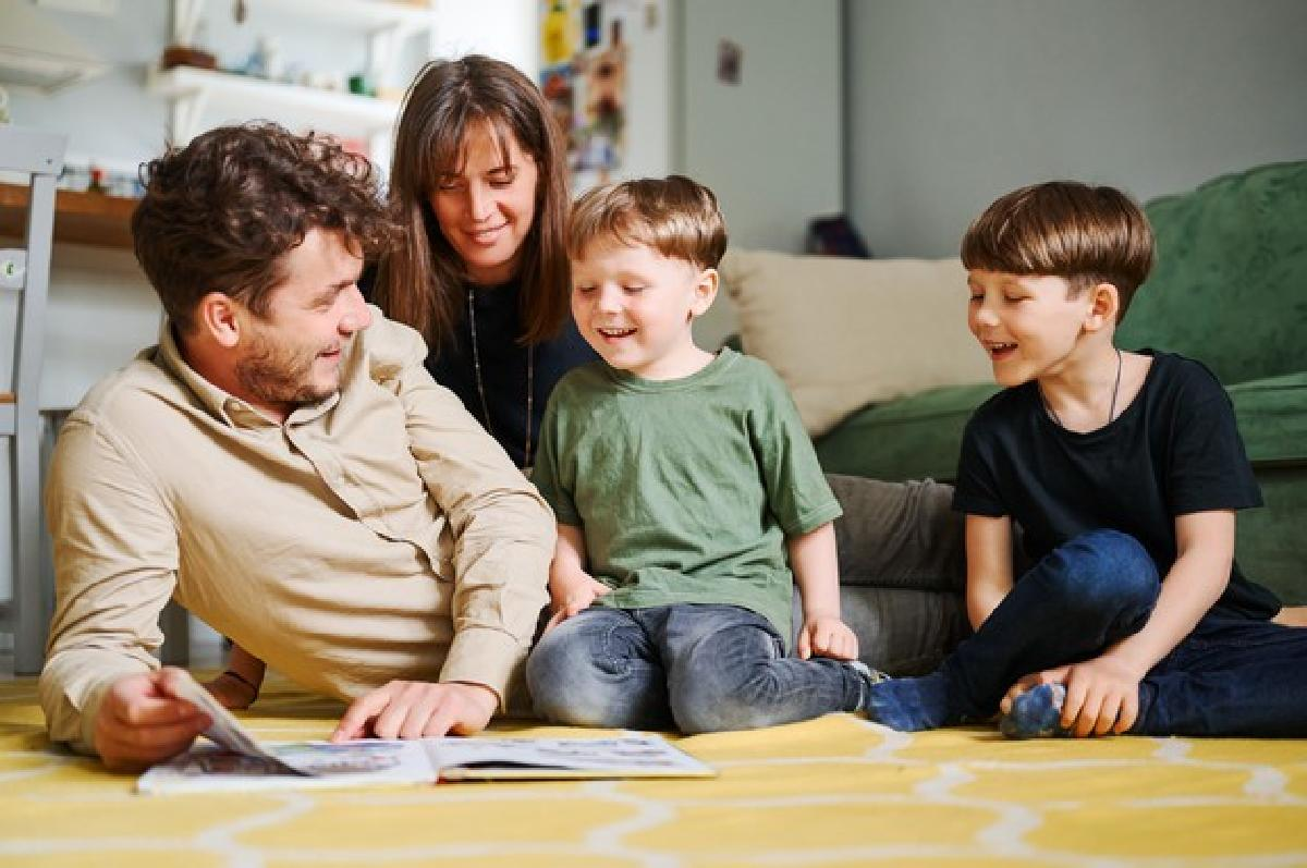 in arrivo lassegno unico per happy family with two little sons reading story indoors parents with children spending time together lying floor home 155404 1375 1