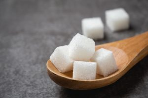 la dieta senza zuccheri aggiunti white sugar cube wood spoon table 1150 17021