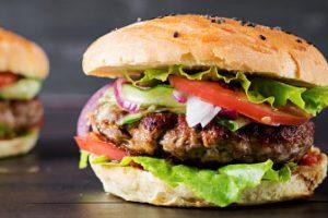 mangiare meno carne rossa e hamburgers with beef tomato red onion lettuce 2829 10845