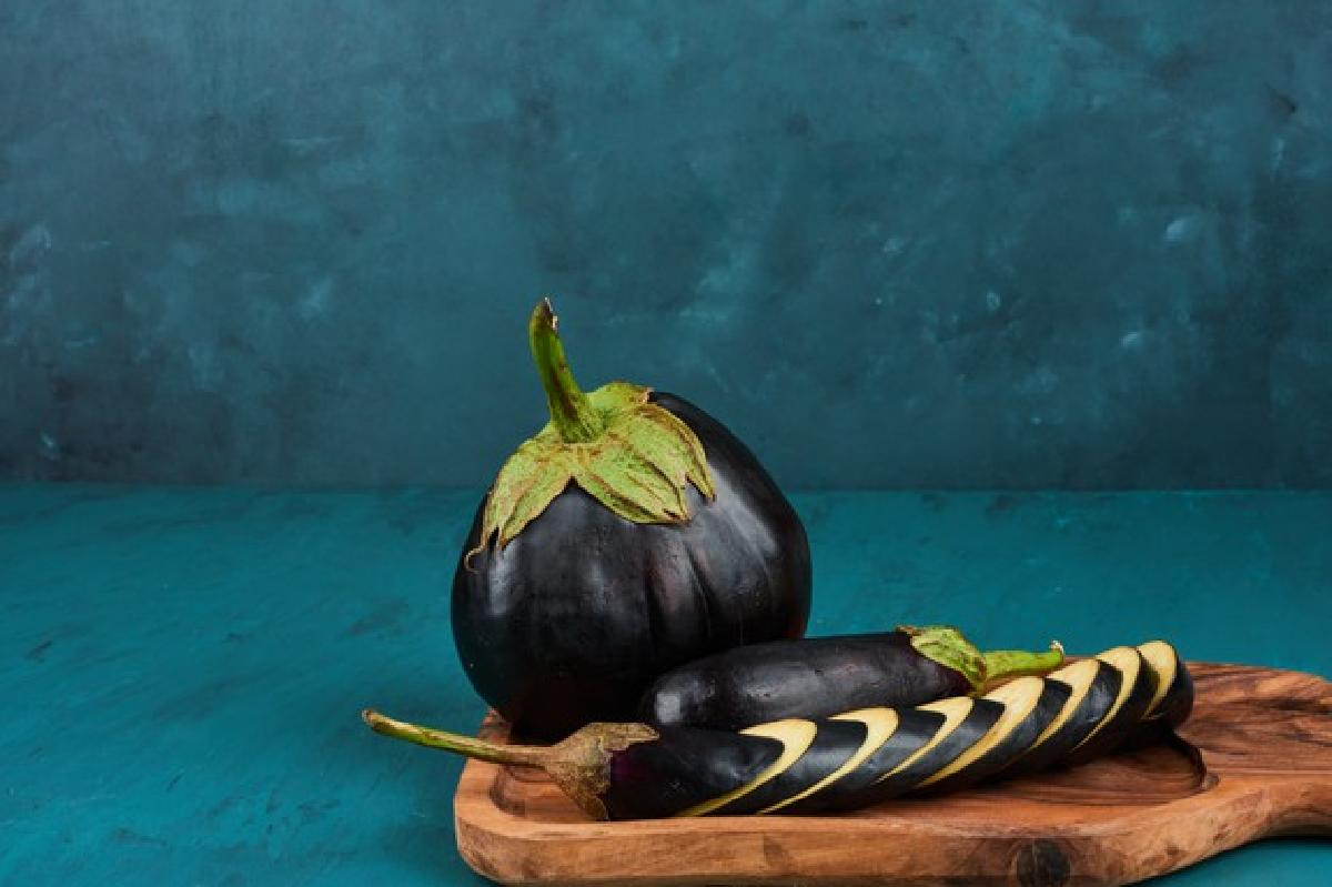 parmigiana di melanzane si ma eggplant slices wooden board 114579 18607