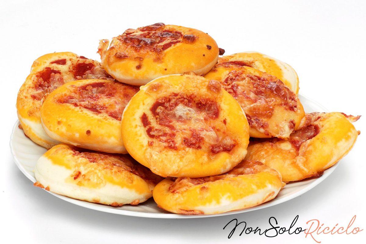 Pizzette 3 ingredienti, 15 minuti: 5 per impastare, 10 per cuocerle!