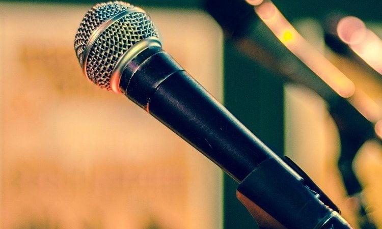 canzoni estate 2021 microfono