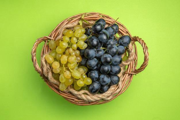 perche dovresti mangiare i semini top view grapes wooden basket green black grapes 140725 119814